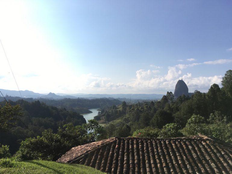 Der Felsen von Guatape, Wald, ein Fluss und ein Hausdach