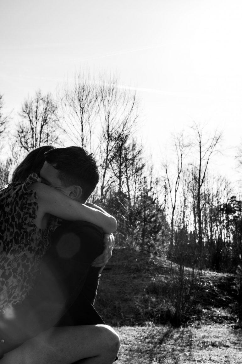 Tantra: Paar in der Umarmung vor winterlichem Wald