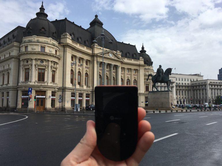WLAN Hotspot Skyroam - vor einem Gebäude in Bukarest