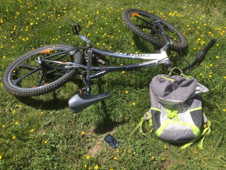 WLAN Hotspot Skyroam mit Fahrrad und Rucksack
