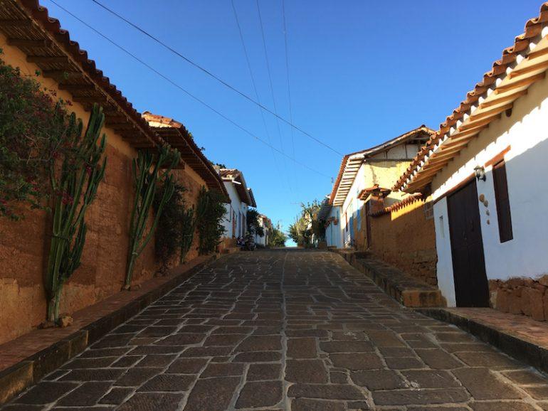 Kolumbien Reisetipps: Strasse und Häuser in Barichara