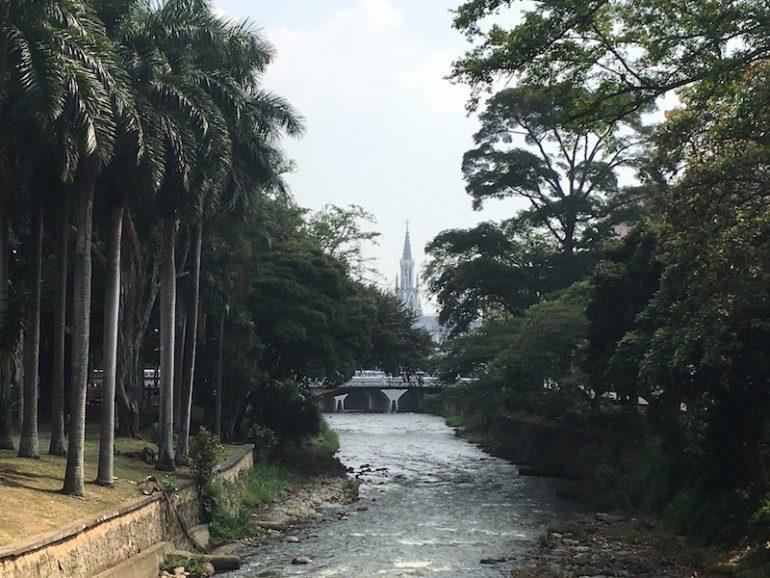 Kolumbien Reisetipps: Fluss, Palmen und Kirche in Cali