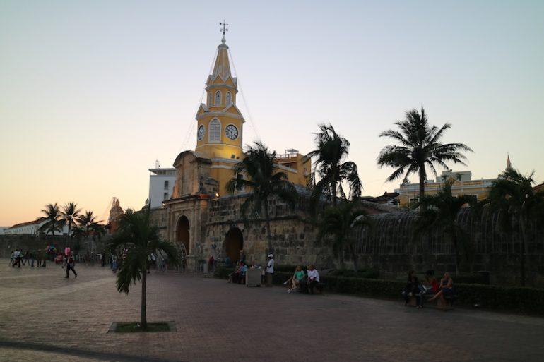 Kolumbien Reisetipps: Der Torre del Reloj und Palmen in Cartragena