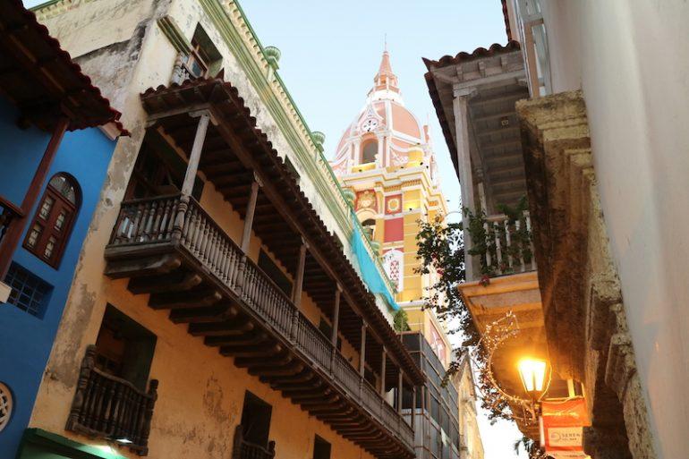 Kolumbien Reisetipps: Balkon und bunte Wände vor einer Kirche in Cartagena