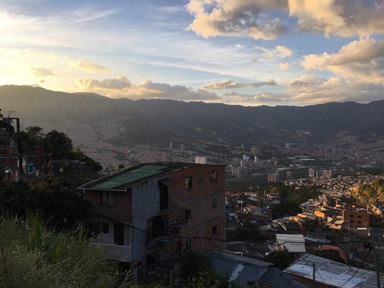 Kolumbien Reisetipps - Ausblick auf Medellin von einem der Barrios