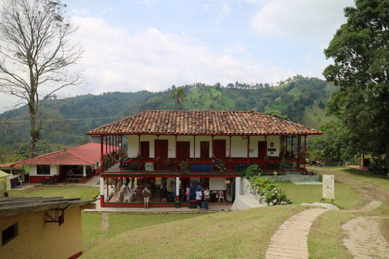 Kolumbien Reisetipps: Gebäude in der Kaffeeplantage Ocaso Cafe Tour