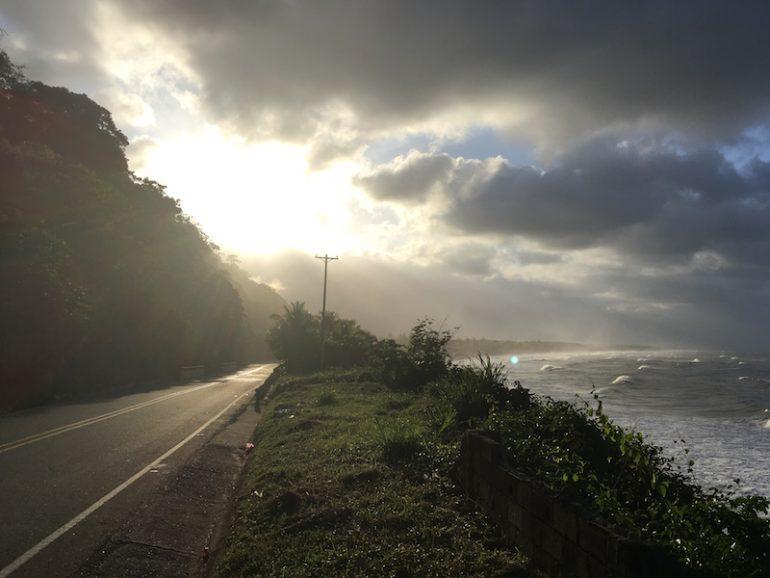 Kolumbien Reisetipps - Strasse und Meer in Palomino
