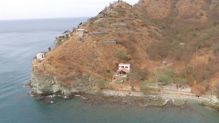 Kolumbien Reisetipps: Luftaufnahme von Playa Rosita und einem Berg