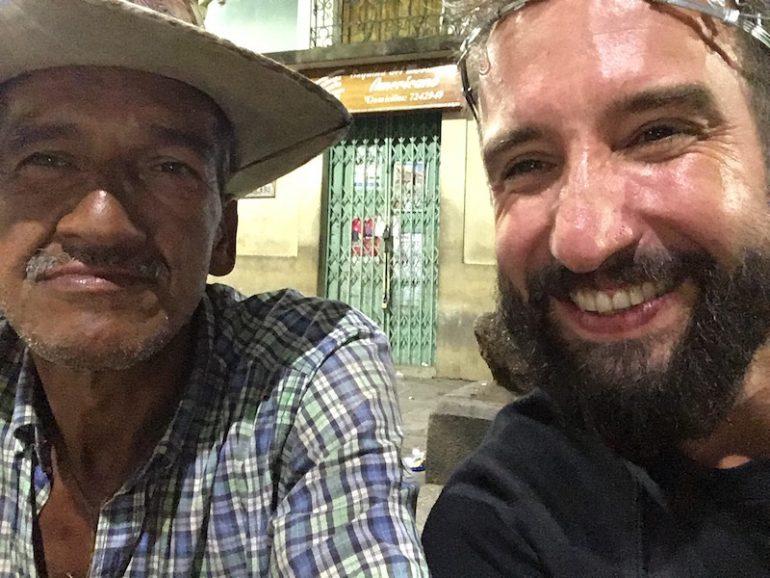 Kolumbien Reisetipps: Marco Buch mit Einheimischem in San Gil