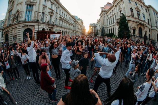 Bukarest - Dancing in the street