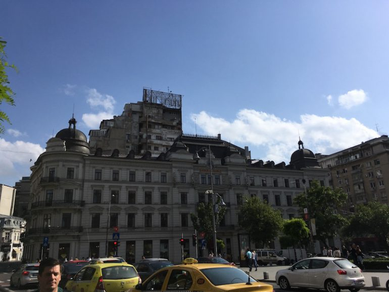 Bukarest Sehenswürdigkeiten: Häuser und Autos in Bukarest