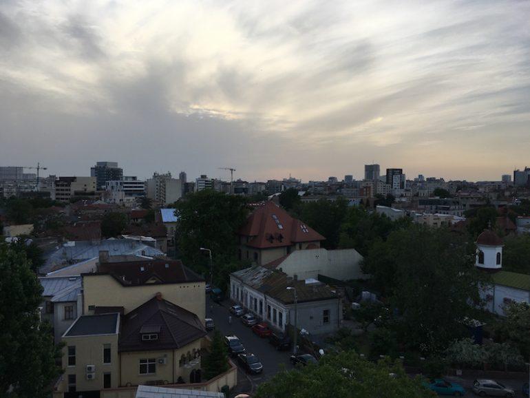 Bukarest Sehenswürdigkeiten: Sonnenuntergang über den Häusern