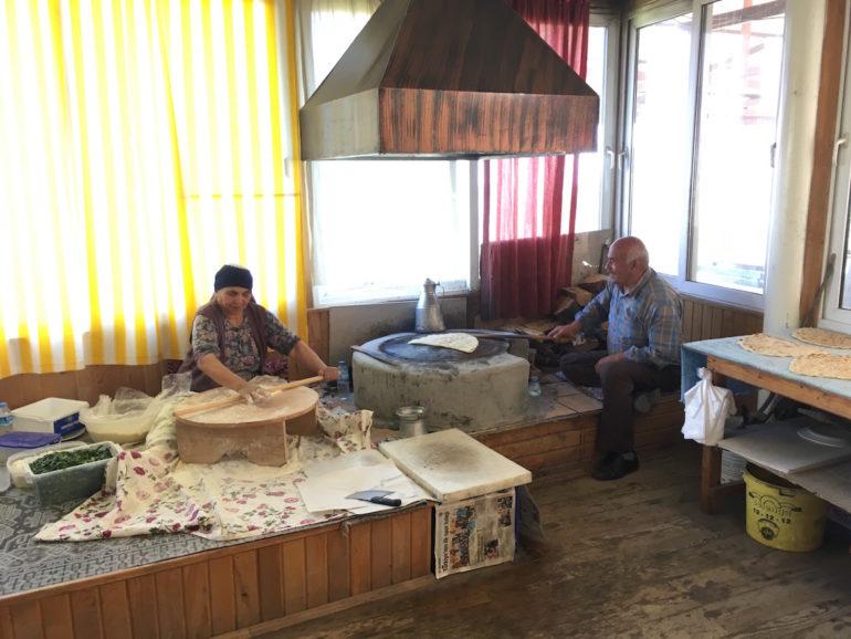 Antalya alternativ: Altes Paar bei der Herstellung von Gözleme