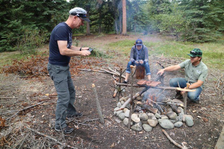 Great Trail: Ole Helmhausen und Dave beim Feuer machen und grillen