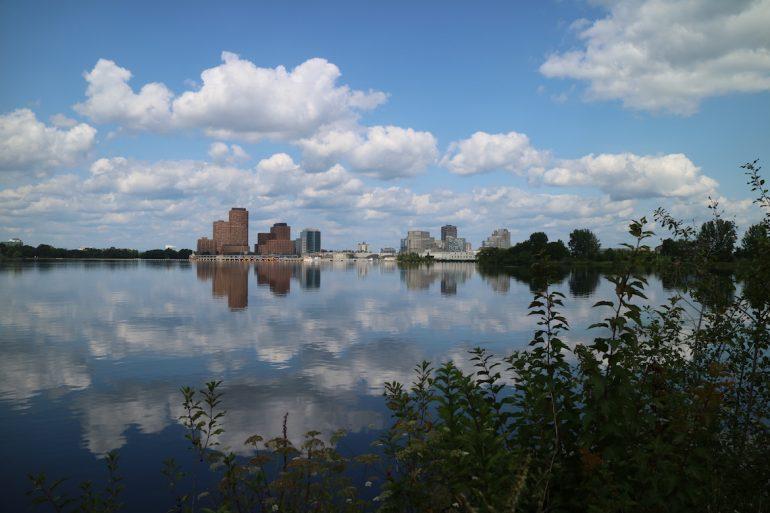 Great Trail - Viel Wasser mit der Silhouette Ottawas im Hintergrund