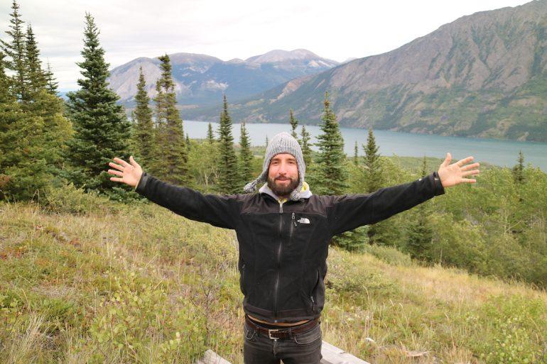 Great Trail: Marco Buch mit See im Hintergrund auf dem Sam McGee Trail
