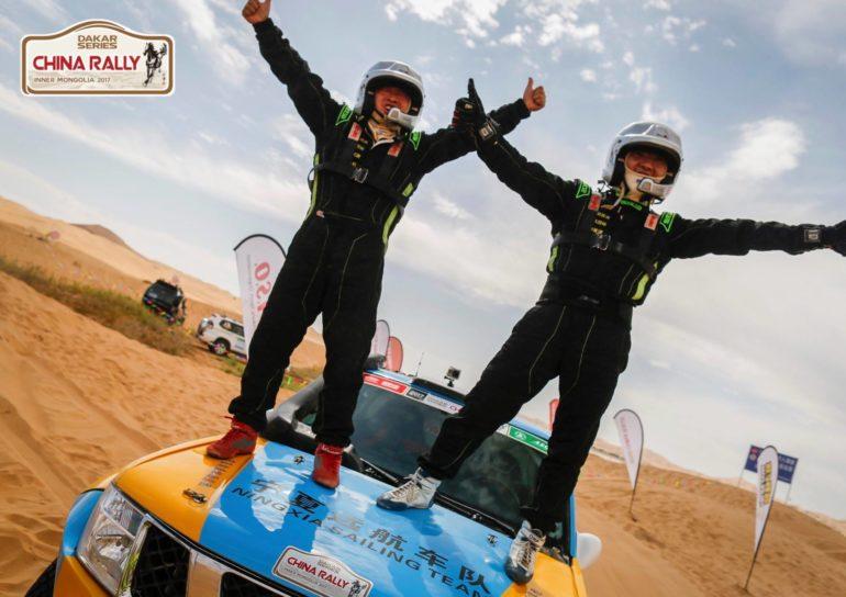 Dakar Rally in China: Die beiden Gewinner auf ihrem Geländewagen