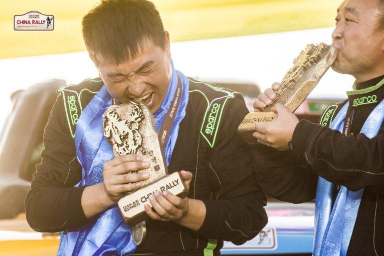Dakar Rally in China: Die Gewinner beißen und küssen ihre Pokale