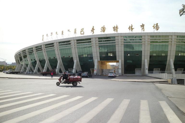 Innere Mongolei: Stadion mit Tuk-Tuk in Alxa Left Banner