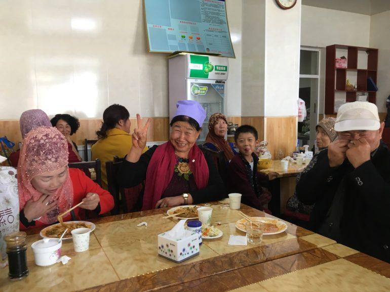 Innere Mongolei: Einheimische vom Stamm der Hui in einem Restaurant