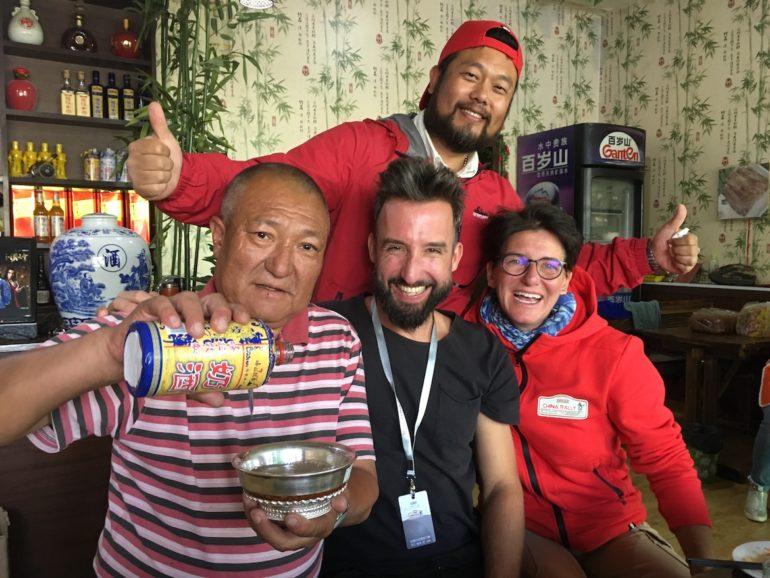 Innere Mongolei: Marco Buch und Rallye-Fahrerin Ellen Lohr mit Einheimischen