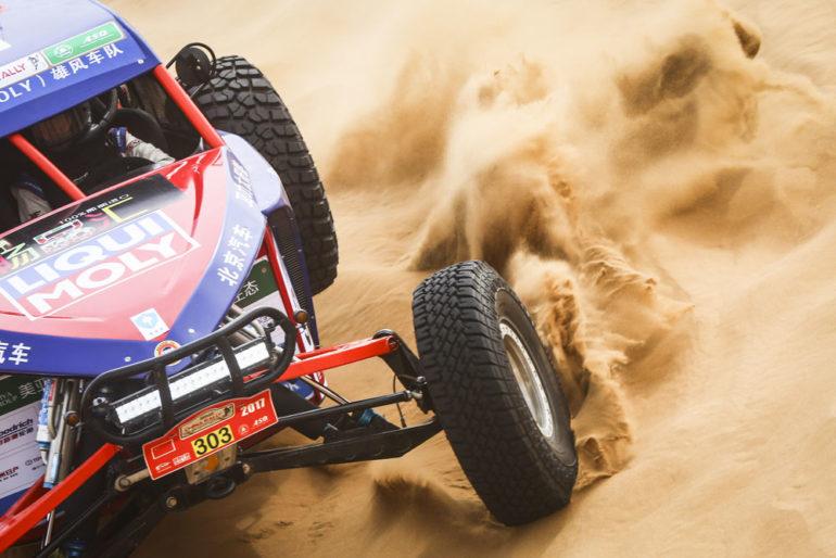 Dakar Rally in Cina: Buggy wirbelt Sand in den Dünen auf
