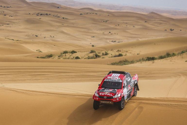 Dakar Rally in China: Geländewagen auf einer Düne