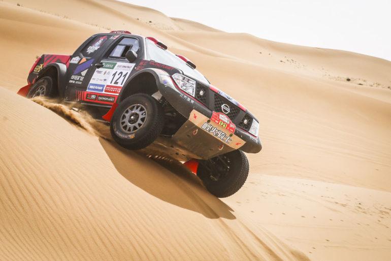 Dakar Rally in China: Nissan-Geländewagen auf einer Düne