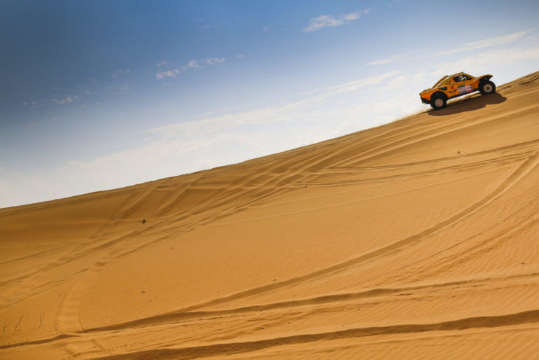 Dakar Rally in China: Buggy auf einer Düne in der Wüste Gobi