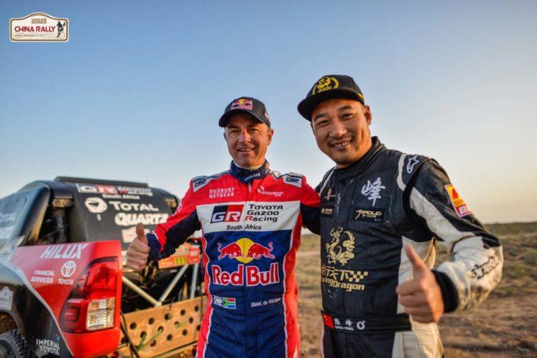 Dakar Rally in China: Zwei Teilnehmer und ein Geländewagen in der Wüste