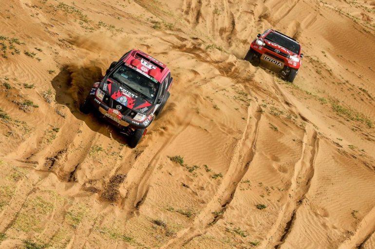Dakar Rally in China: Zwei Geländewagen im Sand