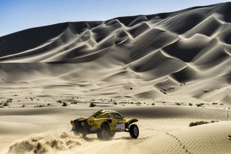 Dakar Rally in China: Buggy vor großen Dünen in der Wüste Gobi
