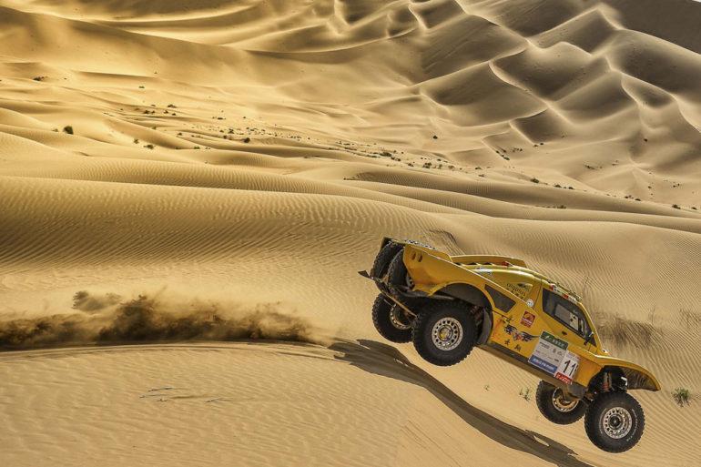 Dakar Rally in China: Buggy mit allen Rädern in der Luft