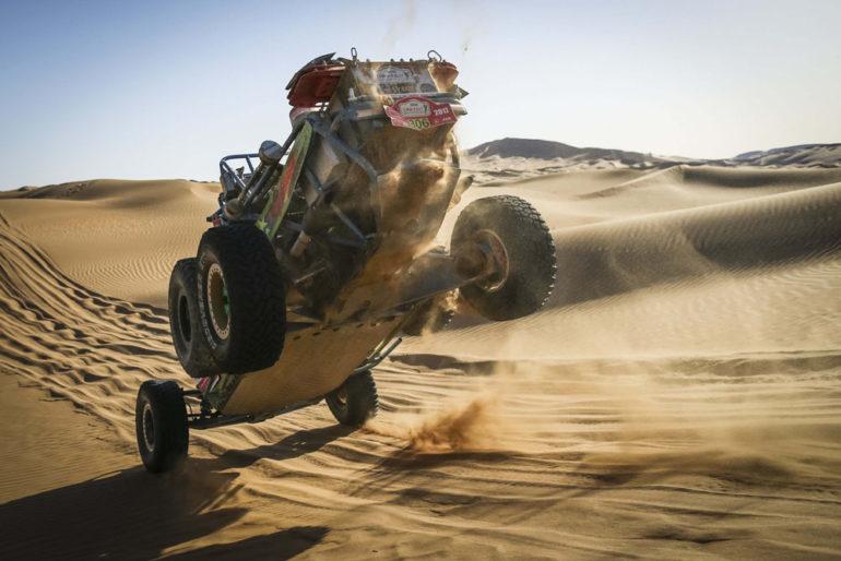 Dakar Rally in China: Buggy mit den Hinterreifen in der Luft