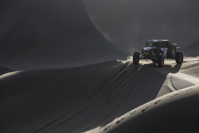 Dakar Rally in China: Buggy auf einer Düne