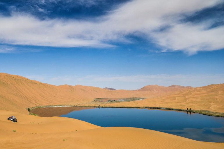 See und Dünnen in der Wüste Gobi bei der Dakar Rally in China