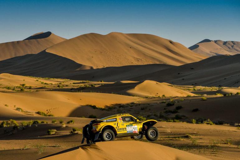Dakar Rally in China: Buggy mit Schaden vor großen Dünen