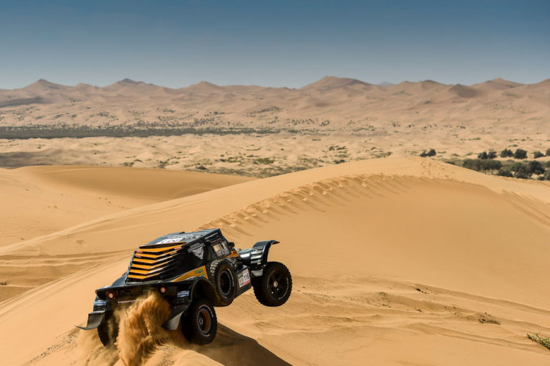 Dakar Rally in China: Buggy mit Vorderreifen in der Luft