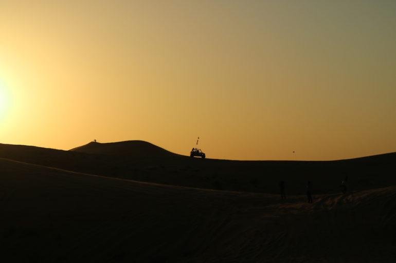 Buggy fährt bei Sonnenuntergang in den Dünen des FB Life Festivall
