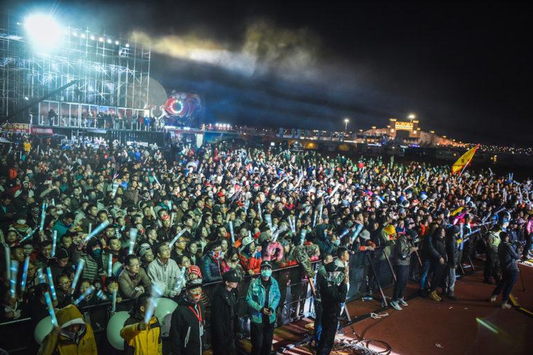 FB Life Festival: Viele Menschen bei einem nächtlichen Konzert