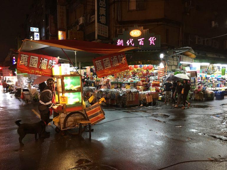 Taipei Sehenswürdigkeiten: Nachtmarkt mit Ständen in Taipei