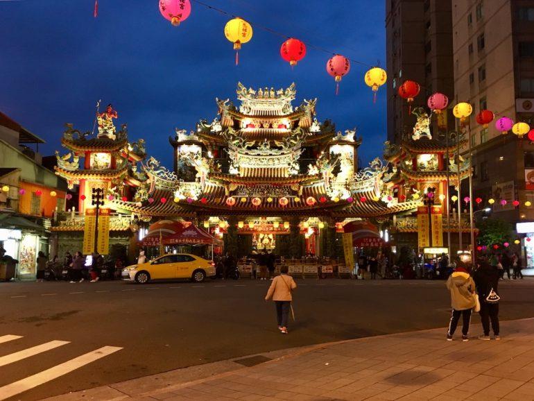 Taipei Sehenswürdigkeiten: Songshan Ciyou Tempe bei Nacht