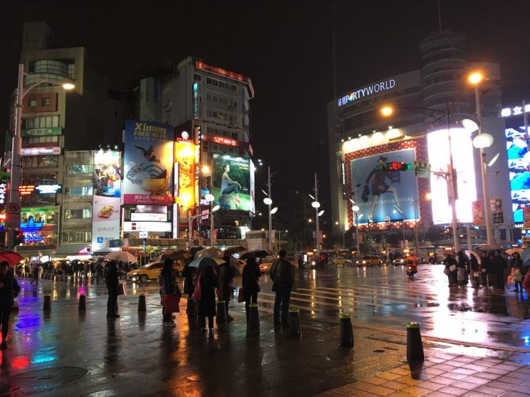 Taipei Sehenswürdigkeiten: Times Square Taipei bei Nacht mit Menschen