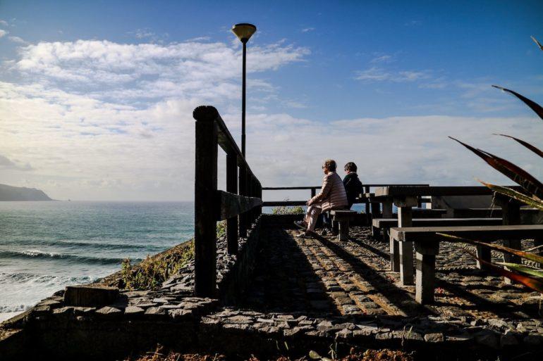 Madeira Sehenswürdigkeiten - Menschen genießen den Ausblick aufs Meer