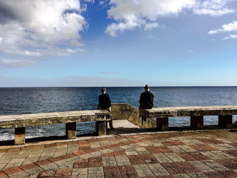 Madeira Sehenswürdigkeiten - Canico - Männer an der Promenade