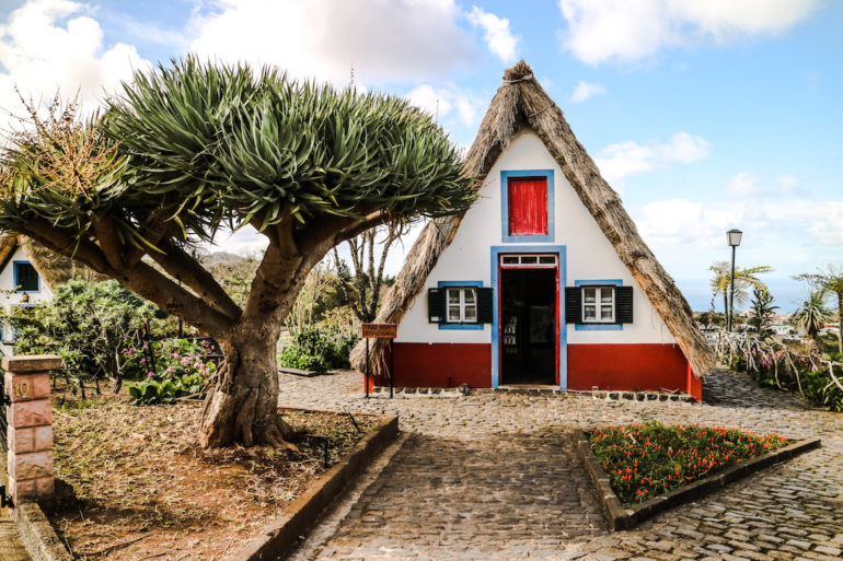 Madeira Sehenswürdigkeiten - Santana - Buntes Haus mit Strohdach