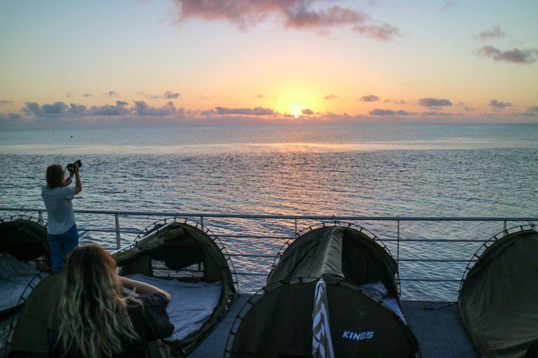Whitsundays: Zelte auf dem Ponton im Sonnenaufgang