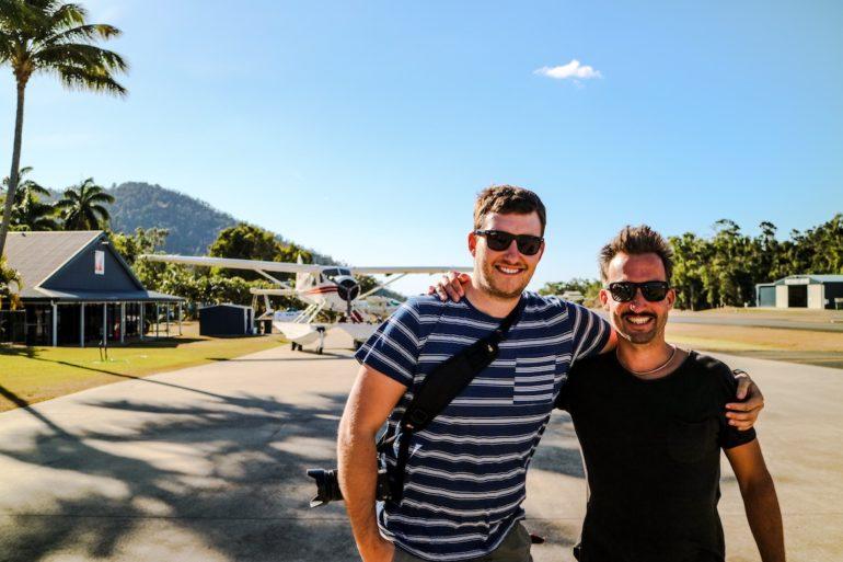 Whitsundays: Steven Hille und Marco Buch vor Flugzeug