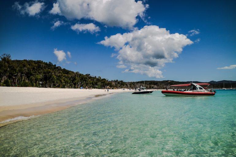 Whitsundays: Boote im Wasser am Whitehaven Beach