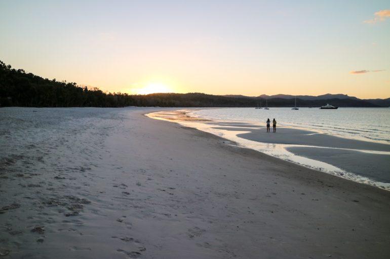 Whitsundays: Sonnenuntergang mit Menschen am Whitehaven Beach
